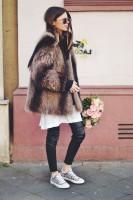 kadın-kürk-ceket-kahverengi-siyah-deri-tayt-beyaz-kazak-ayakkabı-moda