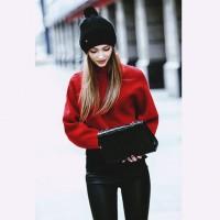 kadın kırmızı boğazlı kazak siyah pantalon