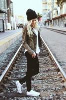 kadın-kahverengi-deri-ceket-siyah-dar-yüksel-bel-pantalon-ayakkabı-tarz