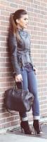 kadın siyah deri ceket şal atkı siyah çanta mavi dar kot pantalon