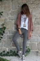 kadın-taba-hırka-beyaz-tshirt-gri-dar-paça-pantalon