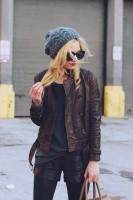 kahverengi deri ceket deri pantalon kadın gri bere şapka