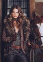 kahverengi kürk yelek kadın gri bluz kahverengi kemer deri pantalon