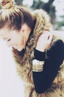 kahverengi kürk yelek kadın siyah kazak triko