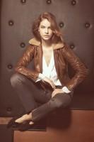 kahverengi kadın deri ceket dar pantalon tarz