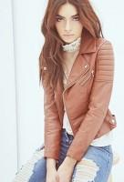 kahverengi kadın deri ceket mont mavi kot yırtık jean