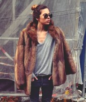 kahverengi kadın kürk ceket gözlük