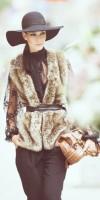 kahverengi kemerli kadın kürk yelek siyah şapka pantalon