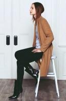 kahverengi uzun ceket siyah dar kadın pantalon