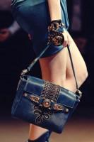 koyu mavi işlemeli deri el çantası versace