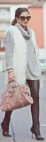krem rengi uzun kürk yelek kadın dar pantalon topuklu ayakkabı taba çanta