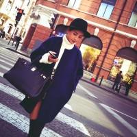 lacivert kaban siyah şapka siyah çanta kadın kombini
