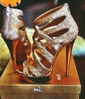 parlak altın sarı topuklu kadın christian louboutin ayakkabı
