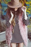pembe kürk yelek kadın çizgili bluz kahverengi şapka