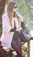 pembe kadın kürk ceket mont siyah tayt çanta