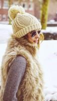 sütlü kahve kadın kürk yelek krem rengi şapka bere gözlük