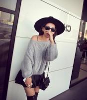 siyah şapka gri kazak triko gözlük mini etek uzun çizme ayakkabı kadın