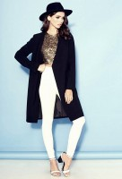 siyah şapka kahve üst beyaz dar paça pantalon yüksek bel uzun mont kaban ceket kadın