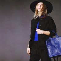 siyah şapka mavi kazak triko siyah uzun kadın ceket kaban mont ceket mavi çanta