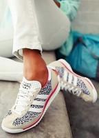 siyah beyaz desenli kadın spor ayakkabı tarz adidas
