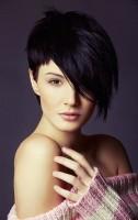 siyah bir tarafı uzun kısa saç modeli