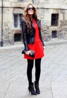 siyah deri ceket kırmızı elbise kombini