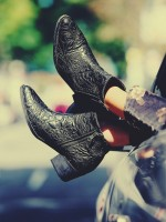 siyah deri sivri burunlu kısa bot çizme