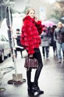 siyah deri tayt kırmızı ceket kombini