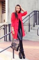 siyah deri tayt kırmızı uzun ceket kombini