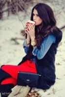 siyah kürk yelek kadın kırmızı pantalon kot gömlek siyah uzun çizme