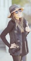 siyah kürk yelek kadın tayt kahverengi şapka