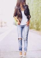 siyah kısa deri ceket kadın yırtık kot jean beyaz stiletto ayakkabı