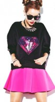 siyah kadın gözlüğü siyah sweatshirt pembe mini kısa etek modası kadın