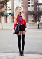 siyah mini şort kırmızı kazak kombini