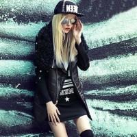 siyah uzun ceket kadın kaban mont gözlük şapka şort