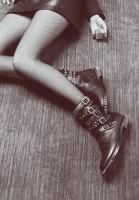siyah zımbalı kemerli kısa bot çizme
