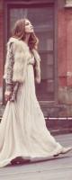uzun kadın elbise pudra krem kahve kısa kürk yelek el çantası