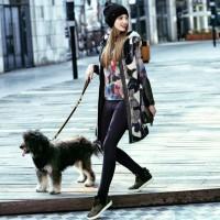 uzun kamufulaj kaban mont ceket siyah dar paça pantalon spor kadın ayakkabı